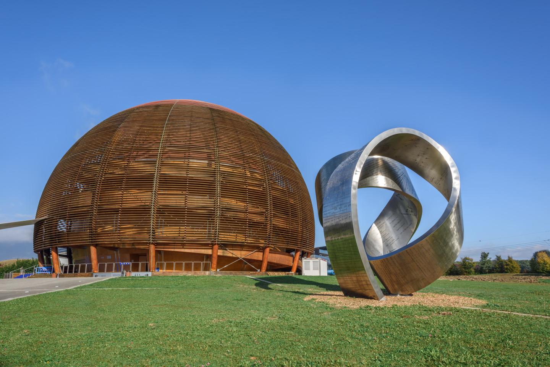 CERN inaugura escultura de aço